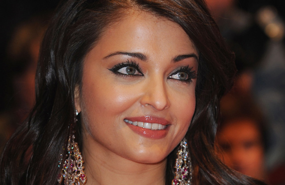 Aishwarya shops with brown-eyed Aaradhya - Emirates24|7