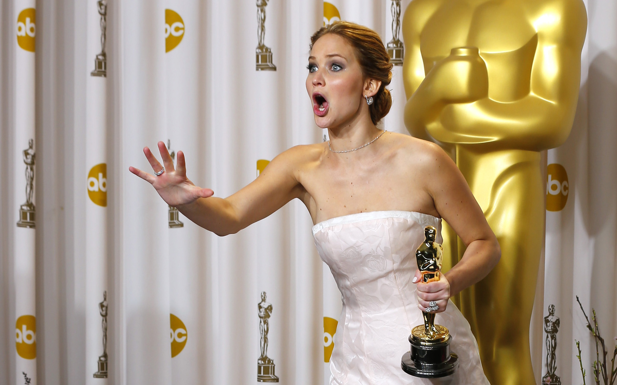 Jennifer Lawrence's moment: Trip, fall, win - Emirates 24|7