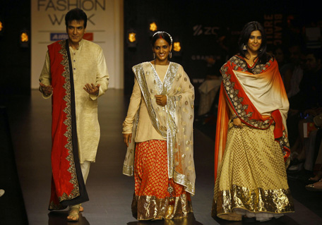 LFW: Bollywood's Hot Spouses on catwalk - News in Images ...