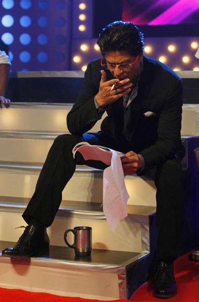 Smoking Shah Rukh Khan heads to Dubai: Good news, bad ...