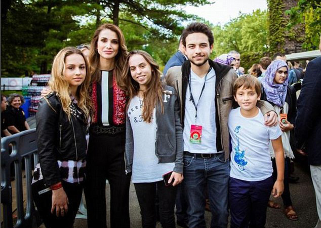 Queen Rania of Jordan welcomes 2016 with family - Emirates24|7
